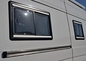 Ventana lateral con persiana y cortina de Autos Elizasu SL