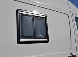 Ventana pequeña lateral con persiana y cortina de Autos Elizasu SL
