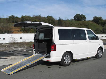 Eurotaxi Volkswagen Caravelle blanca adaptada para pmr